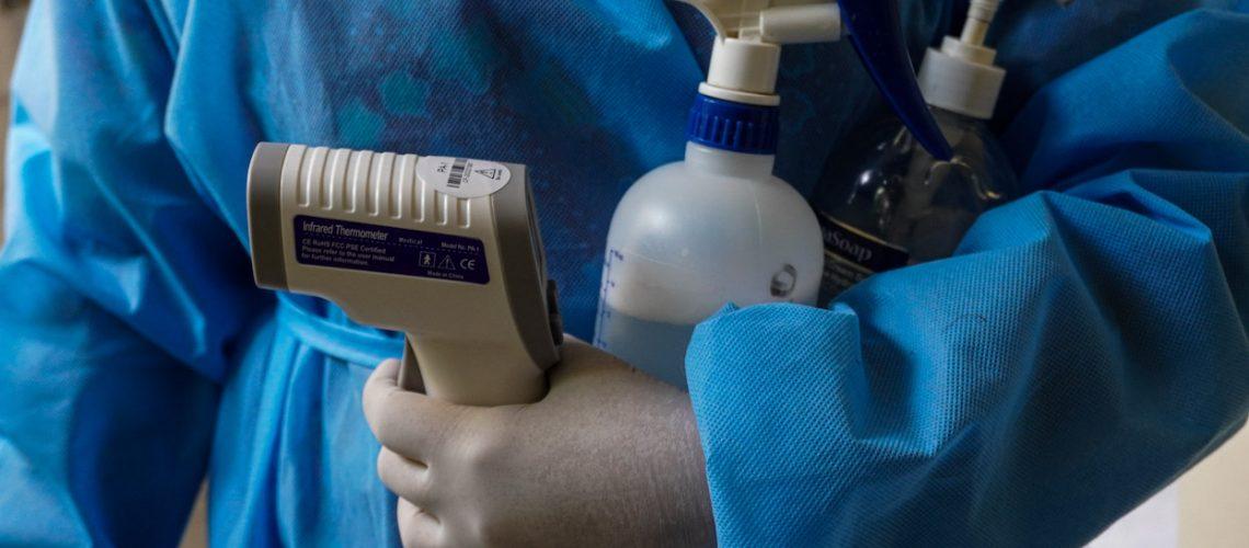 El termómetro, el amoníaco y el alcohol gel son los implementos necesarios para el acceso, no solo a la clínica, este mismo procedimiento se utiliza para entrar a otros establecimientos ya sea para pagar servicios o realizar compras.